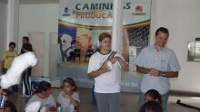 Alunos da rede pública municipal de ensino visitam Acrissul e recebem mudas de árvores