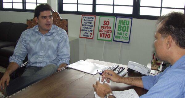 Maia recebe gerente do JBS/Friboi na sede da Acrissul
