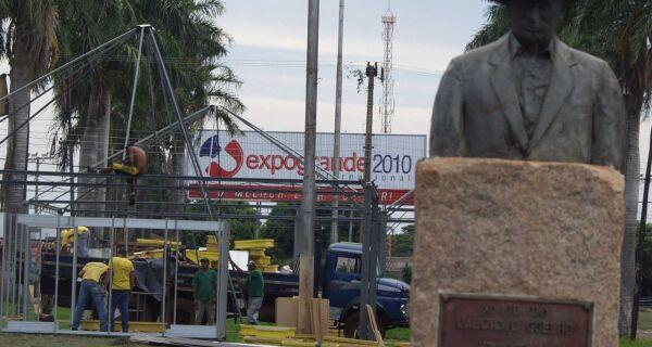 Trabalho dos expositores começa a transformar o Parque Laucídio Coelho