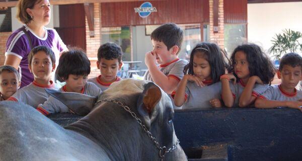 Crianças da escola Plínio Mendes dos Santos visitam o Parque de Exposições