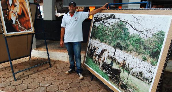 Esquinas da Expogrande: Artesão reproduz imagens do pantanal  em quadros