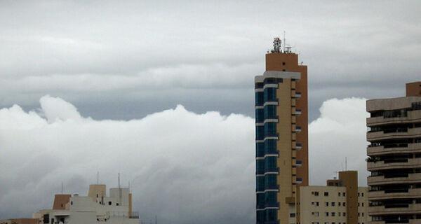 Previsão de tempo nublado com pancadas de chuva e trovoadas