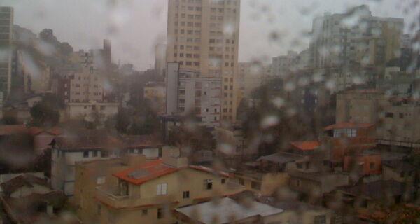 Terça amanhece com tempo fechado e previsão é de chuva forte à tarde