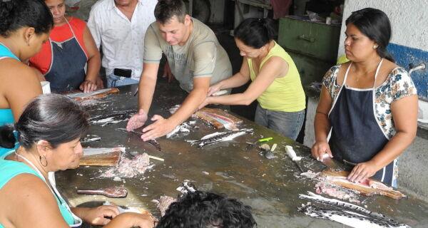 Curso ensina artesãs técnica de curtimento de pele de peixes de couro