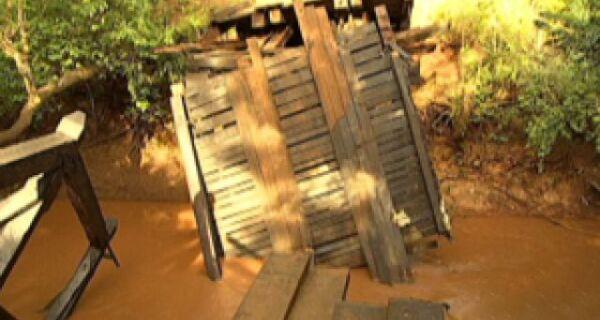 Laudo aponta sobrecarga e falha estrutural em ponte que cedeu em Rochedo