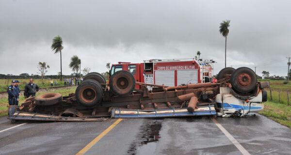 Caminhoneiro morre depois de veículo tombar na BR-262