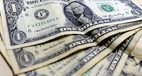 Dólar rompe R$2,10 mas volta a cair após atuação do BC