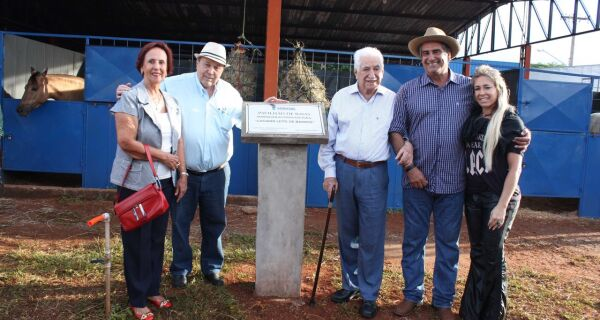Jonatan Barbosa inaugura novas baias e homenageia produtor rural