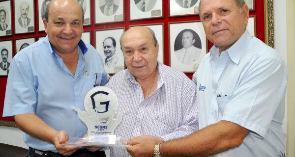 Núcleo de Criadores de Girolando MS homenageia Jonatan Barbosa com troféu