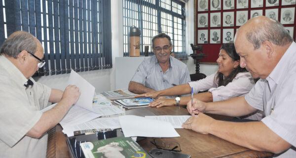 """Acrissul e Núcleo de Criadores assinam contrato para construção da """"Casa do Produtor de Leite"""""""