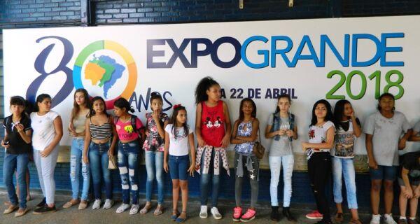 Passeio escolar traz crianças para a 80ª Expogrande