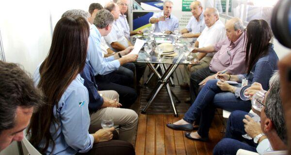 Setor leiteiro debate demandas com Governo do Estado na Expogrande