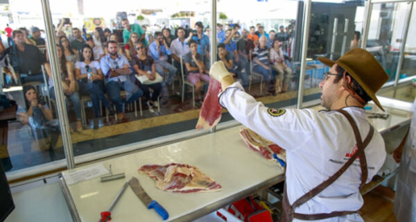 Vitrine da carne ensina técnicas de cortes ao público na Expozebu