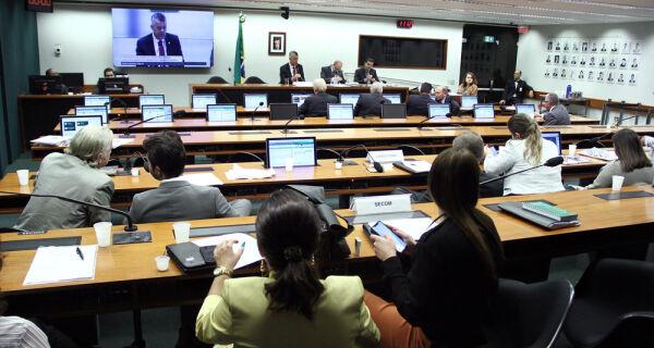 Comissão adia votação de parecer sobre proposta que altera legislação de defensivos