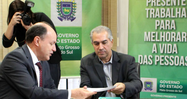 Reinaldo Azambuja sanciona lei que diminui ICMS do diesel